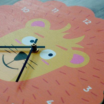 Détail horloge lion