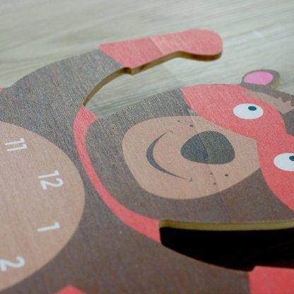 Détail de la pendule pour enfant ours super-héros